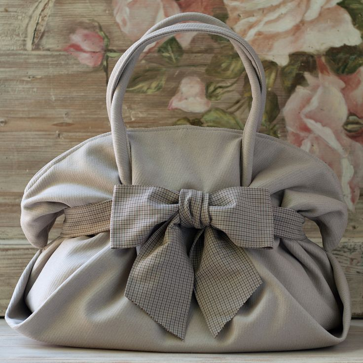 Cartamodello e guida alla realizzazione della borsa Rue de Rivoli, una borsa elegante in due misure.