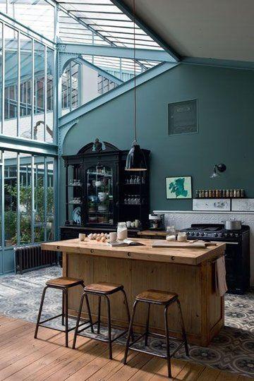 cuisine dans une veranda et super couleur gris-vert.