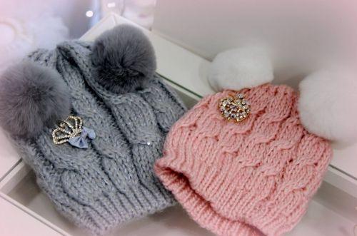 Χειροποίητα παιδικά σκουφάκια στολισμένα με πον πον και κρύσταλα  http://handmadecollectionqueens.com/Παιδικα-σκουφακια-με-πον-πον  #handmade #fashion #kid #accessories #winter #storiesforqueens #beanies