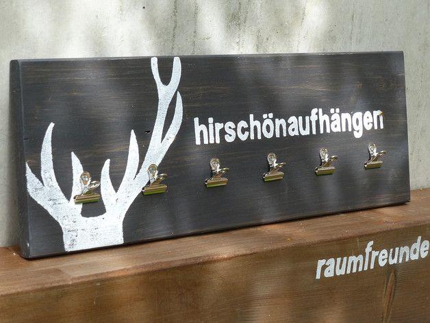 """Memoboard im """"Alpen Style"""".  Dieses Leimholzbrett (ca. 58 x 20 cm) wird dunkelgrau lasiert, der Aufdruck des Hirschgeweihs und der Schriftzug  """"hirschönaufhängen""""  in weiß manuell..."""