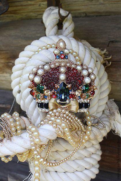 Брошь В13021. Просто корона всех моих корон получилась! :)Такая величественная, вся в самоцветах и жемчуге. Большая и яркая.  Тут кристаллы Сваровски, речной жемчуг, пайетки, хрустальные бусины, бисер и стеклярус, старинная золотистая и бархатная лента.