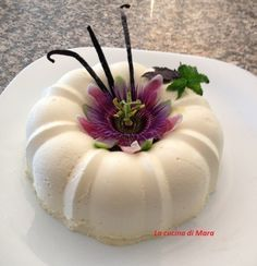 La bavarese alla vaniglia è un dolce dal sapore delicato. La sua decorazione consente di sbizzarrire al meglio la propria fantasia.