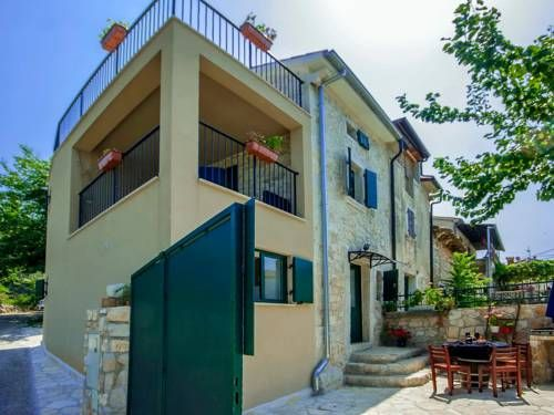 Holiday Home Monspinosa Pore� Set in Dra?evac in the Istria Region, this holiday home is 37 km from Portoro?. Guests benefit from balcony.  The kitchen is equipped with a dishwasher, a microwave and a refrigerator and there is a private bathroom. A TV is featured.