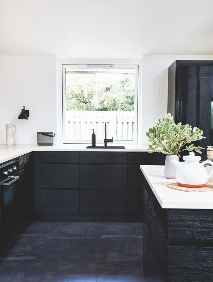 Moderne køkken med mørke elementer