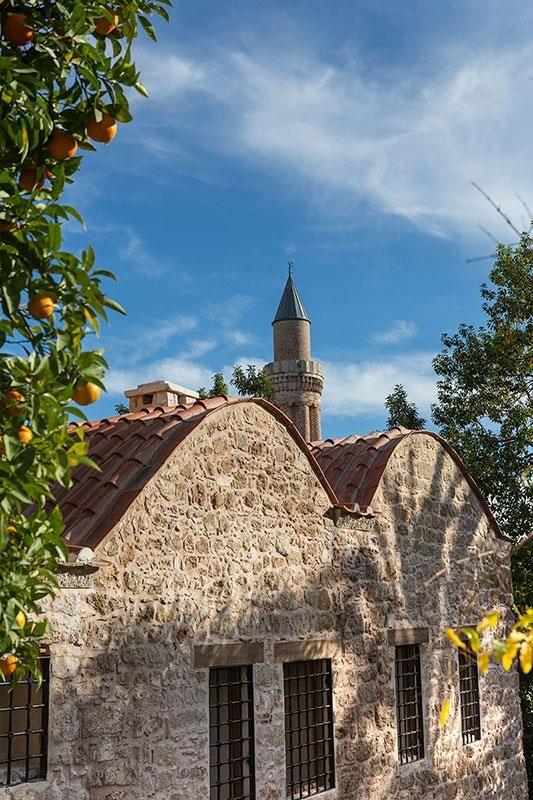Yivli minare camii/Muratpaşa/Antalya/// Anadolu Selçuklu Hükümdarı 1. Alaaddin Keykubat tarafından 1230 yılında inşa ettirilen Yivli Minare Camii, Anadolu Türk Mimarisinde benzeri olmayan yivli minaresinin formuyla dikkat çekmektedir.  Bunun yanında, altı kubbeli ibadet mekanı ile Anadolu'daki çok kubbeli cami tipinin günümüze ulaşan en eski örneği olduğu kabul edilmektedir.