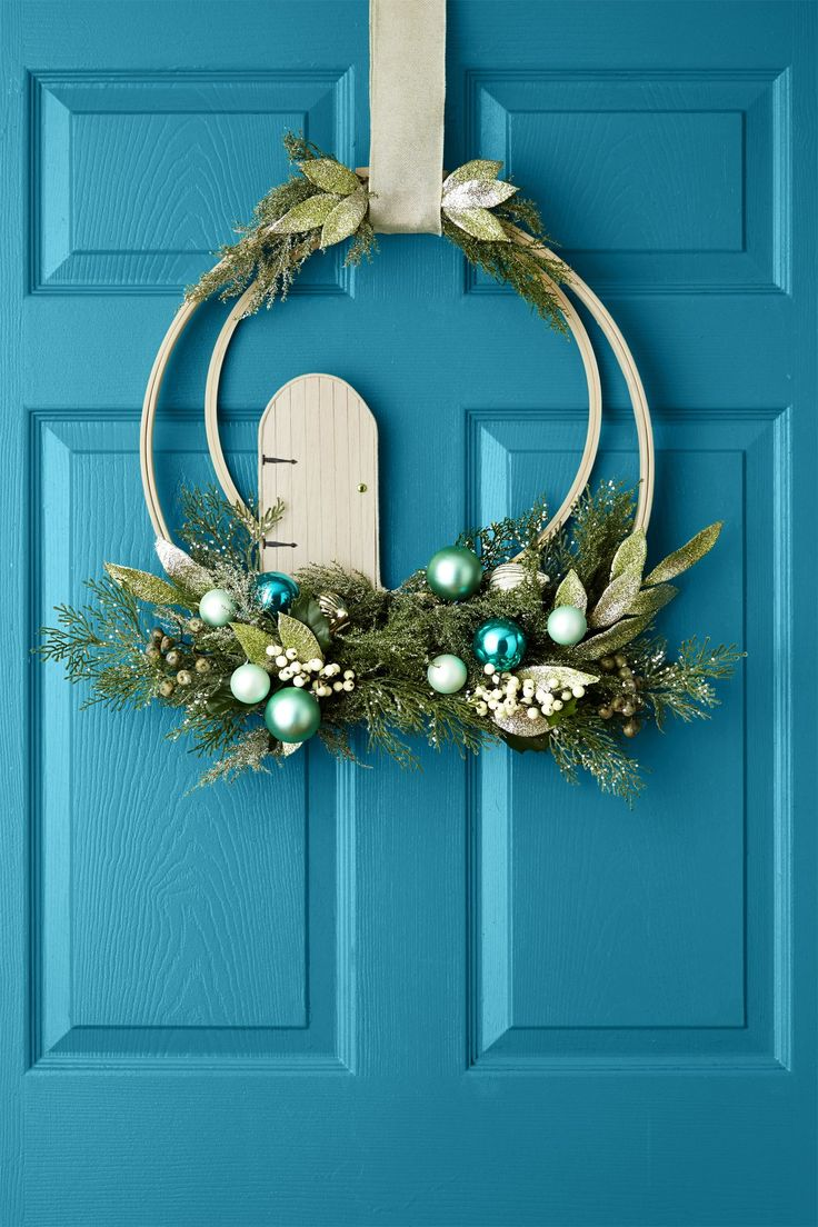 Festive Christmas Door Decorations That Will Delight Your