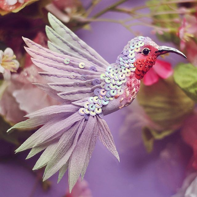 #ff_bird Привет, птицеловы! Готовьте свои сети. Вечером встречаемся и будем ловить свободных птиц. Таких и похожих. Во сколько точно пока не знаю, будет решать налоговая и сборщик мебели с которыми я сегодня встречаюсь  #вышивка #ручнаяработа #птицы #брошь #handmade #embroidery #embellished #brooch #bird
