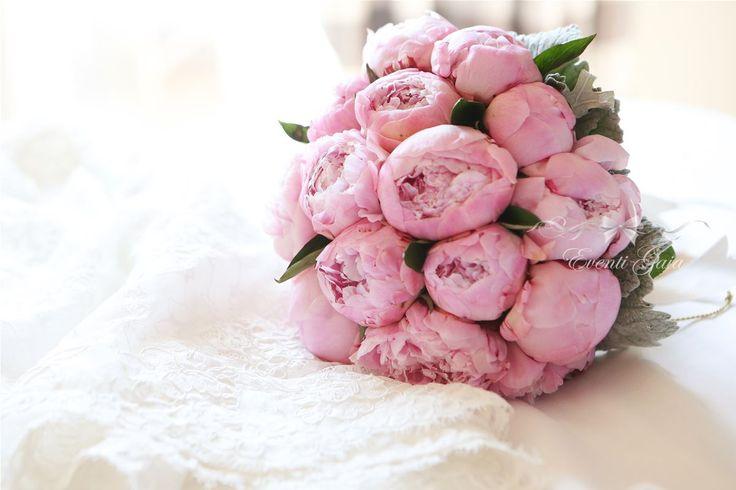 Bridal bouquet pink peonies #weddingitaly #weddingplanner #weddingplanneritaly #luxurywedding #tuscanwedding #weddings #gold #pinkpeonies  #flowers #arabicwedding #bridalbouquet #bouquet