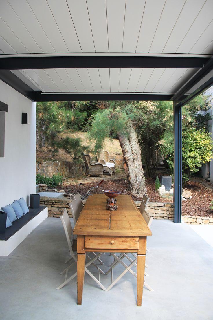 Pergola bioclimatique pour cet espace repas pour une grande tablée // banc avec coussins pour deuxième assise