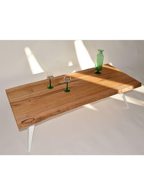 Il tavolo da salotto DAS.4 è realizzato in metallo e legno. L'idea di utilizzare una tavola unica e all'apparenza massiccia di  legno  rende  il  design  capace  di  fare  riflettere  sul  concetto  di  addizione di materiali puri. Il piano è lavorato in modo da sottolineare l'azione che la natura  ha già operato sul legno: nodi, venature e curve raccontano ogni  volta una storia unica. 140