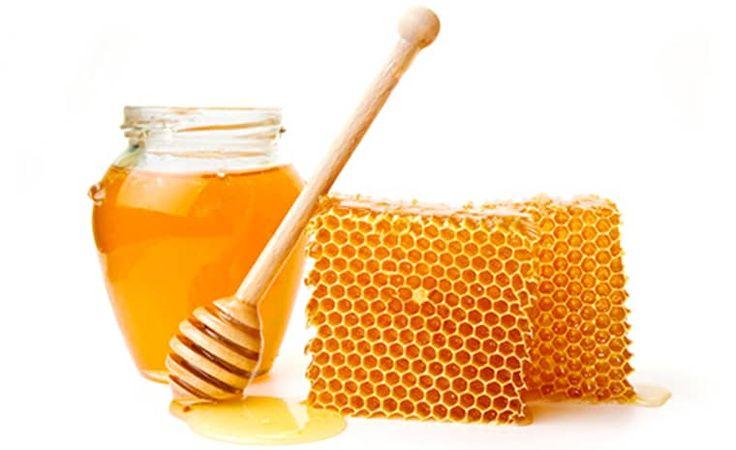 Maak een mengsel van 5 delen honing en 1 deel Himalaya zeezout en bewaar dit in een potje. Elke nacht voor het slapen gaan doe...