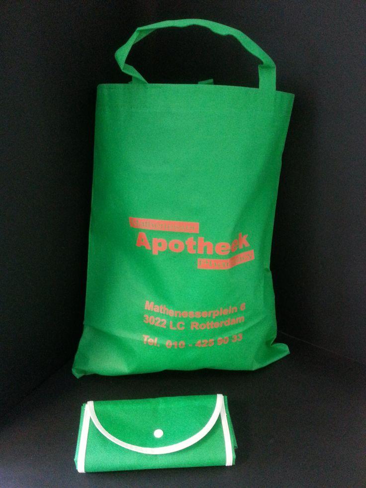 Stoffen tas met eigen opdruk, ook heel handig om op te vouwen.