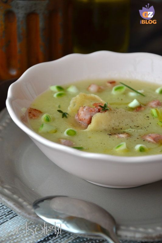 Vellutata di porri e patate con pancetta croccante e cornucopia di cialda di parmigiano, una minestra ricca e corroborante.