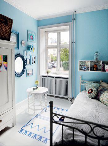 あなたのお部屋の参考に♪カラー別お洒落なインテリアコーデまとめ ... 明るいブルーの部屋。 壁色がブルーで小物にもブルー系統と