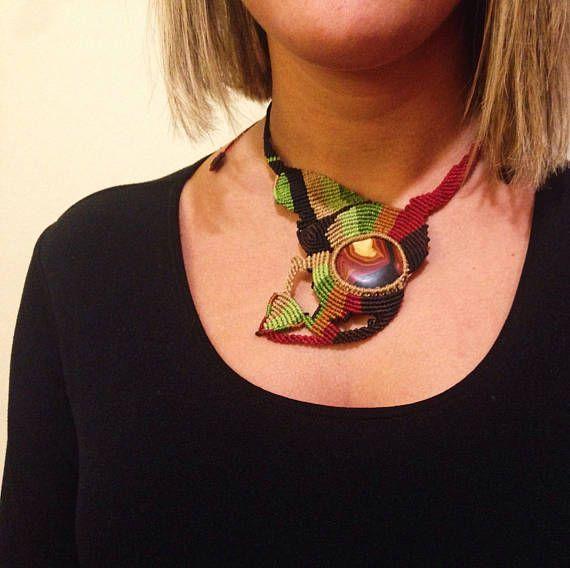 ** Collar de macramé unisex con piedra en colores tierra / Collar para hombre con forma asimétrica / Collar de tonos de la Naturaleza ** Collar de macramé realizado con hilo encerado brasileño de alta calidad. Este collar, que pertenece a una serie de accesorios inspirados en los mercados