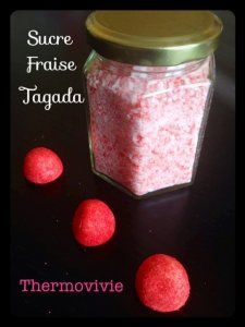 Sucre de fraise tagada au thermomix. Couper les fraises en 2 puis les congeler, pour avoir une belle poudre mixée. Avec des yaourts maison. ..