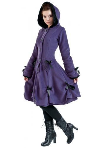 """Cappotto felpato """"Alice Coat"""" del brand #PoizenIndustries con 2 tasche laterali sagomate a forma di cuore. Ornato con numerosi fiocchetti e bordature in pelliccia sintetica. Cerniera coperta da risvolto con bottoni e lacci decorativi sul retro."""