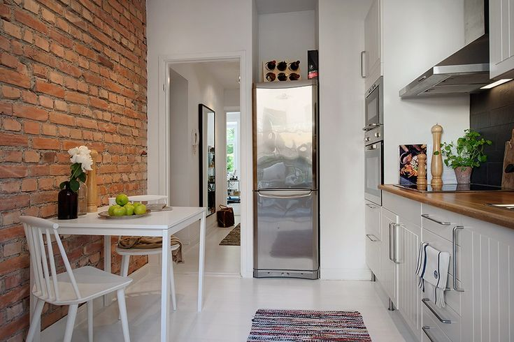 Małe mieszkanie w bloku w skandynawskim stylu - biel, czerwone cegły i klimatyczne dekoracje
