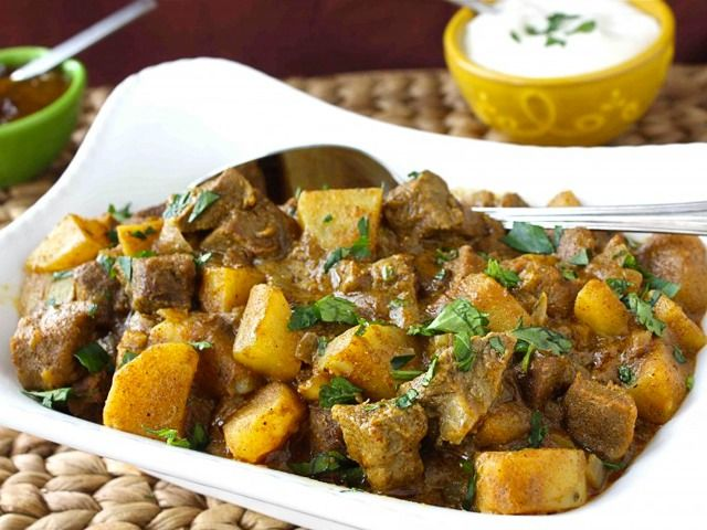 Νόστιμο, μαλακό μοσχαράκι με πατατούλες και σάλτσα με κάρυ στη κατσαρόλα. Μια…