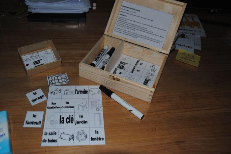 Bingo met whiteboard stiften. De lkr. zegt een woord in het nederlands en de lln. zoeken op hun bordje de woorden in het frans of de bijhorende tekening. De lkr. kan ook een tekening tonen, de lln. gaan dan op zoek naar het juiste woord in het frans. Ze zetten een kruis door de tekening of het woord, wanneer er 4 op een rij wordt behaalt roept men BINGO. Na het spel worden de kaartjes afgeveegd en kan men opnieuw spelen.