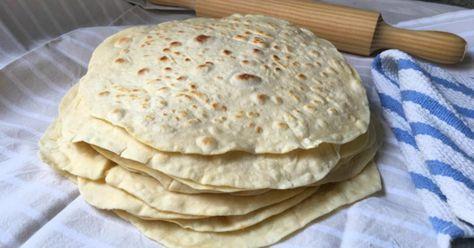 Tortillas+de+harina+de+trigo+muy+fáciles+para+burritos,+quesadillas+y+sincronizadas -Ingredientes Para 14 tortillas 500 gramos de harina de trigo de todo uso (4 tazas) 240 ml de agua (1 taza) 100 gramos de mantequilla (1/2 taza) 7 gramos de sal 16 gramos de polvo de hornear o levadura química harina para el mármol (100 gramos aproximadamente o media taza) Para rellenar: jamón y queso lechuga, maíz, atún y mayonesa