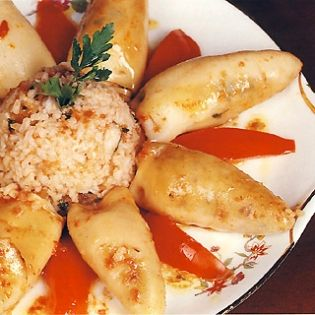 Καλαμάρια γεμιστά με πλιγούρι, αμύγδαλα, κάππαρη & ούζο - gourmed.gr