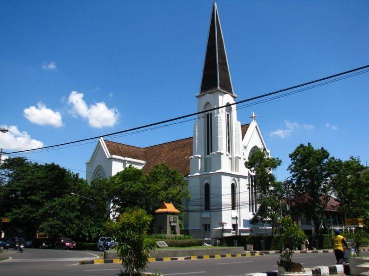 Bandung, Bandung Gereja Katedral Bandung: Wisata Keluarga di Kota Bandung