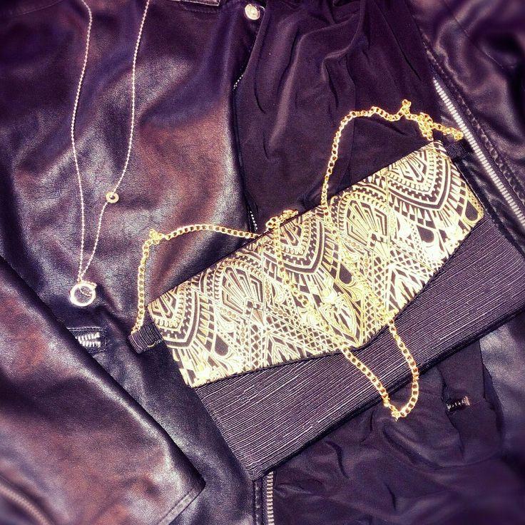 Pochette stoffa nera e pattina fantasia oro 27x16, dettaglio catena colore oro. Chiusura con bottone metallico magnetico.  Fatta a mano  Per info LysBag@outlook.it  #creazioniartigianali #handmade #LysBag