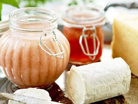 Curden passar till mycket - i stället för smör på toast, till amerikanska pannkakor och som fyllning i en rulltårta. Håller ca 3 veckor i kylen.