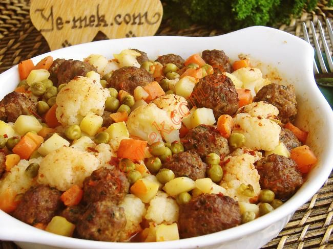 ✿ ❤ ♨ Fırında Köfteli Karnabahar Tarifi (tarifte her ne kadar fırında diyorsa da ocak üstünde de pişirilebilir) / Malzemeler : 200 gr kıyma,1/2 kavanoz hazır garnitür,250 gr kadar karnabahar,2 adet soğan,2 tutam maydanoz,1/2 çay kaşığı biber salçası,1/2 çay kaşığı domates salçası,1 yemek kaşığı galeta unu,1 çay kaşığı karabiber,1/2 çay kaşığı kimyon,1/2 tatlı kaşığı kırmızı toz biber,Tuz,Kızartmak için sıvıyağ.