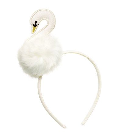 Maise: Hårbøjler, gerne så store som muligt, og glitrende som muligt. Denne er fra H&M.