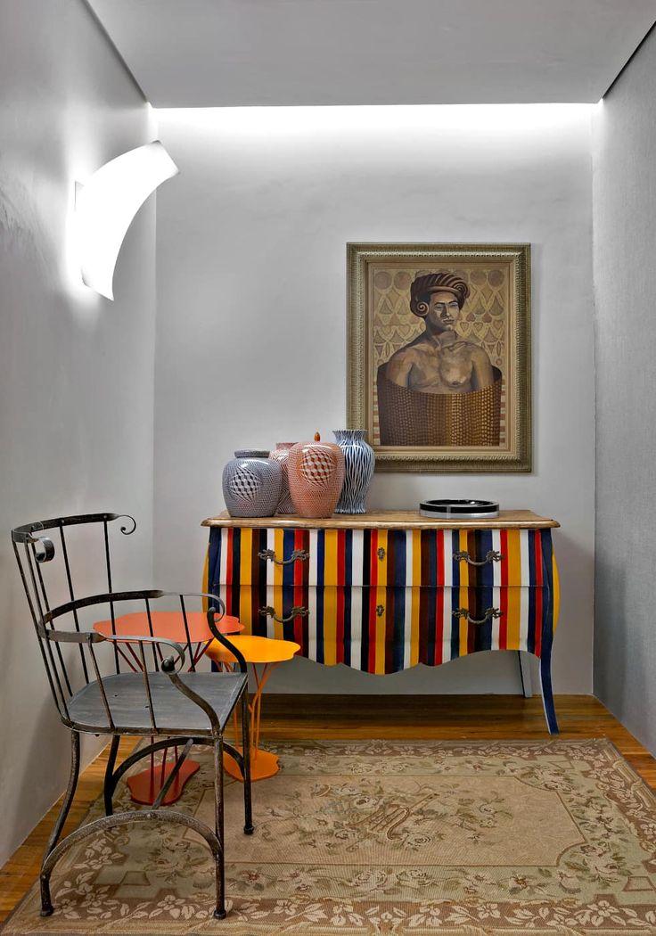 Gosta dessa cômoda super moderna?Confira mais ideias para usar aquele retalho que sobrou do papel de parede! https://www.homify.com.br/livros_de_ideias/2582872/