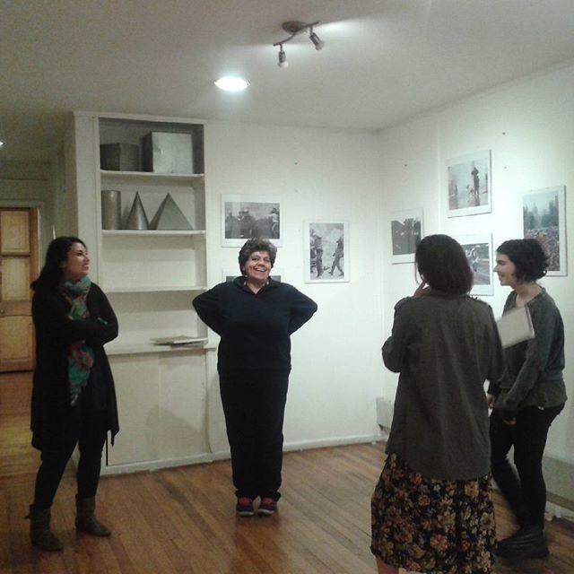 Las alumnas del taller de ilustración infantil planificando su exposición del proyecto final. #TallerIlustracion #taller