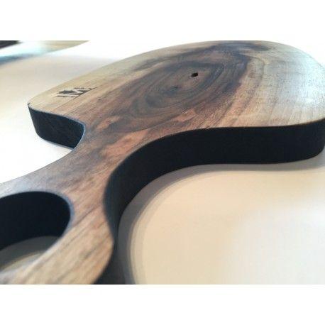 Deska kuchenna.  Idealna do serwowania potraw.   Jedyna w swoim rodzaju. Będzie stanowić element wystroju każdego stołu czy kuchni.  Wykonana z jednego kawałka drewna.  Materiał: Drewno orzechowe opalane.  Wymiary: 20m x45cm x 2cm (szer x dł x gr )  Wszystkie deski wykonane są ręcznie i impregnowane naturalnymi olejami.