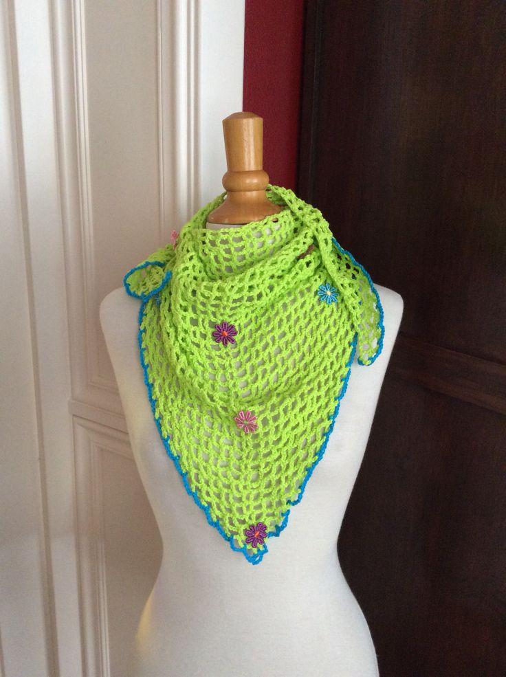 Vrolijke groene gehaakte sjaal.