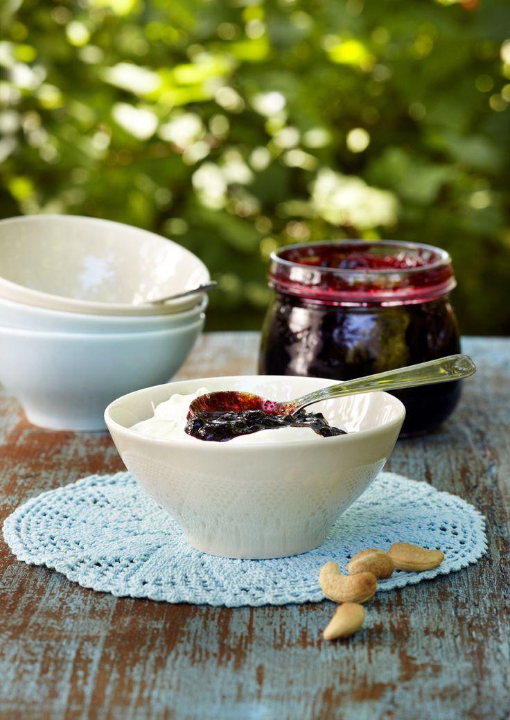 Madeiralla maustettu mustikkahilloke hurmaa! Nauti hilloketta luonnonjogurtin tai viilin kanssa. Tai sipaise vaikka paahtoleivän päälle. Resepti löytyy täältä: http://www.dansukker.fi/fi/resepteja/mustikkahilloke.aspx #hillo #resepti #herkku #mustikkahilloke