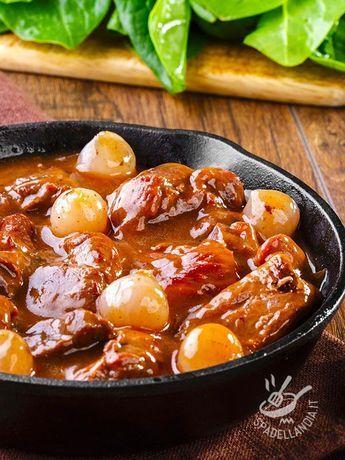Stew with pearl onions - Spezzatino con le cipolline: teneri bocconcini di manzo vi delizieranno il palato per la loro semplice e genuina bontà. Casalingo ma buono! #spezzatinoconcipolline
