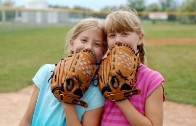 Dos Hermanas Gemelas Que Gozan De Su Juego Del Béisbol. Fotos, Retratos, Imágenes Y Fotografía De Archivo Libres De Derecho. Image 964596.