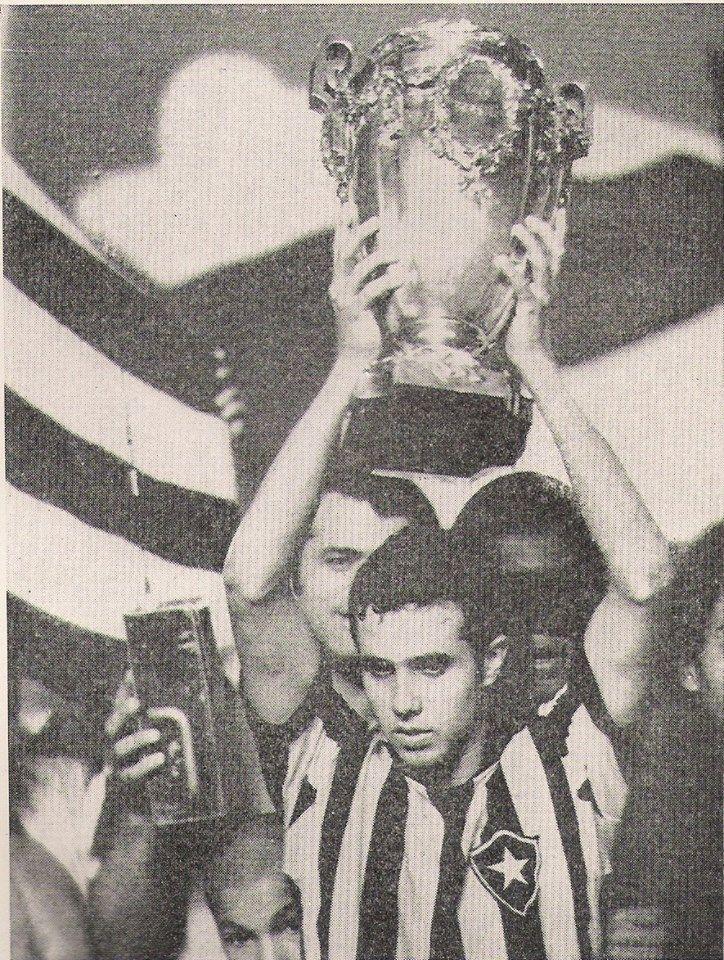 Taça Brasil de 1968! Na foto, o meia Afonsinho ergue o troféu!