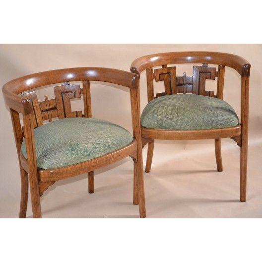 Dwa unikalne, kolekcjonerskie fotele z papierową naklejką słynnej wytwórni Braci Thonet. Bardzo rzadki model, gratka dla kolekcjonera mebli tej wytwórni. Konstrukcja drewniana bukowa, półokrągła z niezwykłym oparciem . Siedzisko wyściełane . Szerokość mebla:53.00 [cm] Wysokość mebla:68.00 [cm] Głębokość mebla: 40.00 [cm] Fotele w bardzo dobrym stanie, drewno po renowacji , tapicerka do wymiany według potrzeb klienta.
