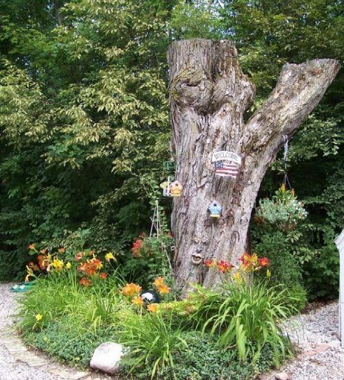 ... un tronc d arbre dans le jardin tronc d arbre et maisonnettes à