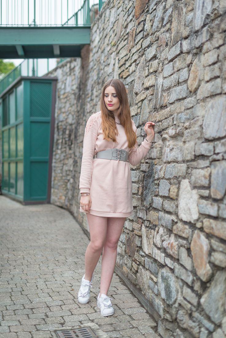 Vila Kleid und Adidas Sneaker, Damen Outfit Fashionblogger