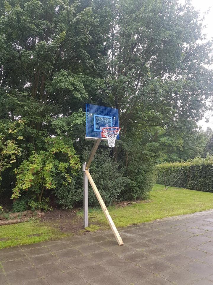 Basketbalpaal gemonteerd in Vught. Als het beton uitgehard is kan de lat weg en is het plein gereed voor sportief basketbalplezier.  Hier is gekozen voor onze verstelbare rvs basketbalpaal Rothe+ met blauw antivandaal basketbalbord.
