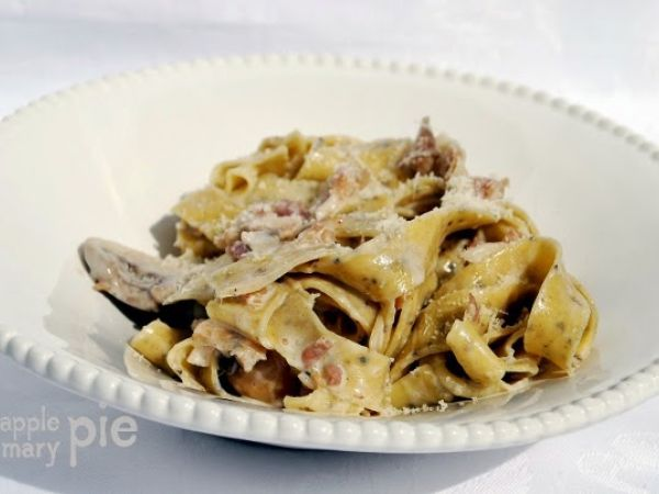 Ricetta Fettuccine all'uovo e pepe nero con salsa cremosa alla pancetta e funghi, da Marellla - Petitchef