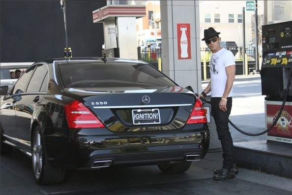 Justin Theroux Fills Up His Mercedes-Benz. Stars And Cars