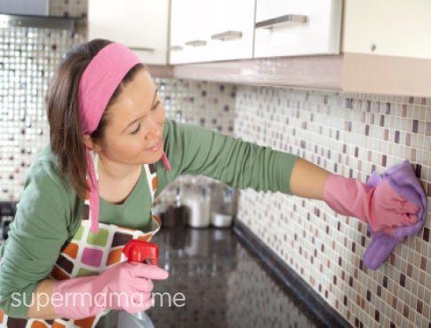 كيف تنظفين علامات البخار والدهون من خزائن المطبخ