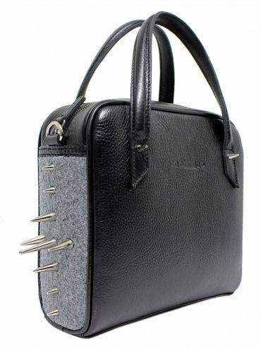Bag is made from the highest quality grain leather with a subtle sheen. On both sides are mounted on metal spikes gray stiffened felt. From the inside it is decorated with jacquard, gray lining with delicate dots. The whole suspended on leather belt ended snap hooks, which can be removed. PRICE: 169.93 € http://goshico.com/kuferek-z-paskiem-rebel-1388.html