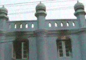 2-Apr-2013 11:43 - DODEN BIJ SCHOOLBRAND IN BIRMA. Door een brand in een islamitische school in Birma, zijn 13 kinderen om het leven gekomen. Volgens de lokale autoriteiten waren alle slachtoffers 12 jaar. Ze kwamen om door verstikking of verbranding. De brand werd waarschijnlijk veroorzaakt door oververhitting in een transformator. De jongens sliepen in de slaapzaal van de school in Rangoon, de grootste stad van het land. Door recente spanningen tussen boeddhisten en moslims in Birma waren