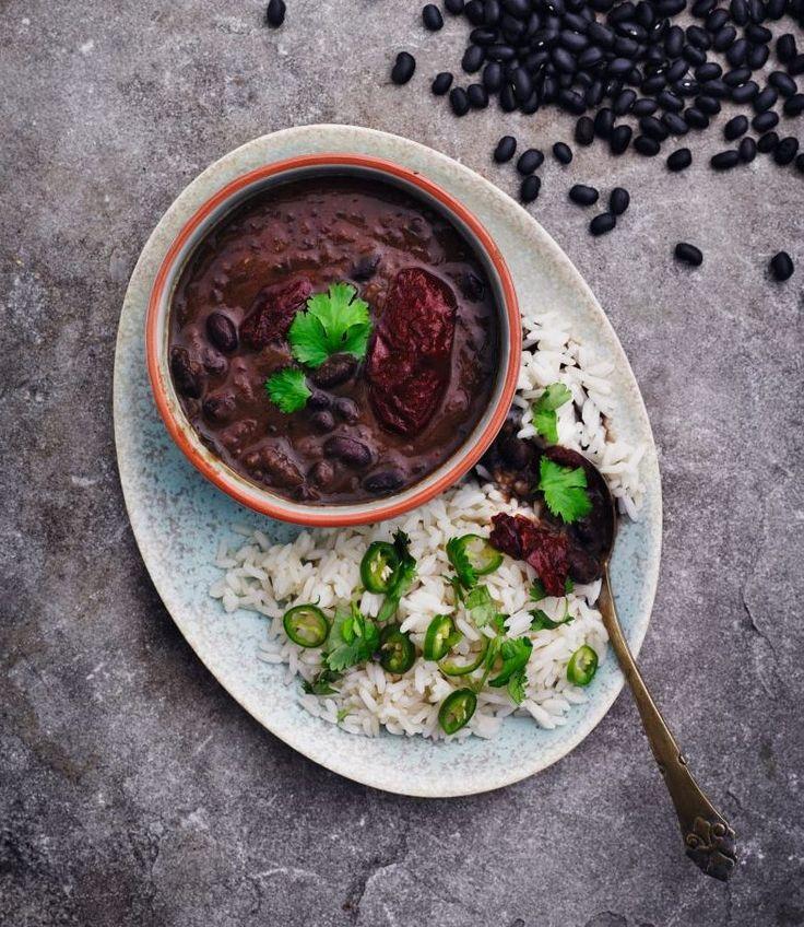 Krydret og hurtig mexicansk suppe, der nok ser ydmyg ud, men smagen bringer tankerne på langfart. Husk masser af sorte bønner og de røgede chipotle-chilier.