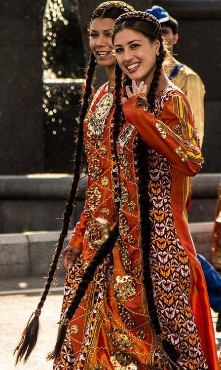 Las niñas turcomanos. Las niñas con el pelo largo y una hermosa sonrisa. Su traje es de bordado sofisticado con tonos cálidos